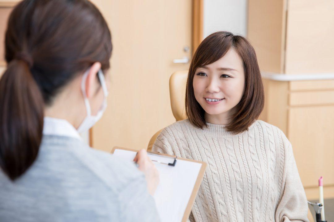 医療スタッフと話す女性