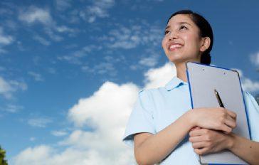 空を見上げる看護師の女性